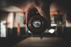 Objetivo de cámara a través del cual se puede ver una foto en detalle